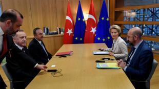 أردوغان خلال لقائه مع مسؤولي الاتحاد الأوروبي في بروكسل. 9 مارس/آذار 2020.