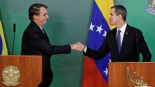 El presidente de Brasil, Jair Bolsonaro (izquierda) reiteró su respaldo al proclamado presidente interino de Venezuela para lograr una salida a la crisis en el país petrolero.