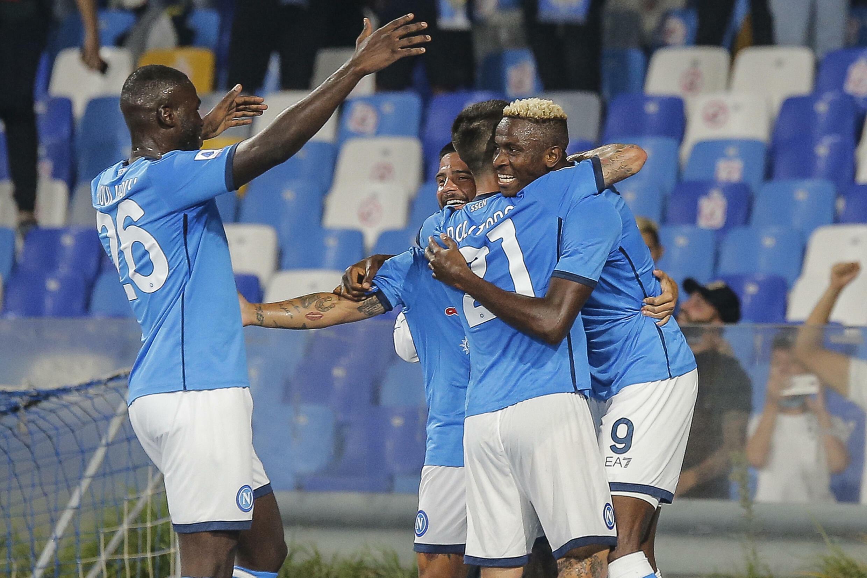 Victor Osimheim (R) del Napoli delizia l'attaccante nigeriano dopo aver segnato un gol in casa contro il Cagliari allo stadio Diego-Maradona il 26 settembre 2021.
