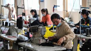 عمال في مصنع للملابس في شرق الصين