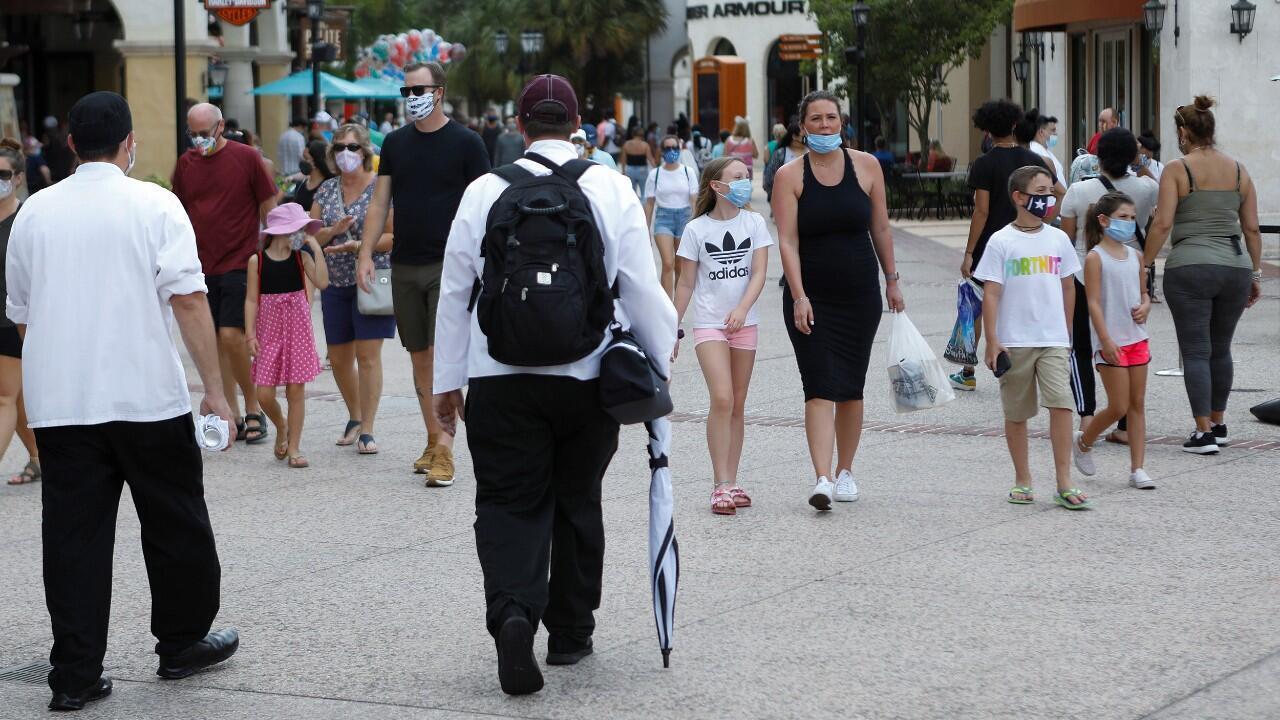 Cientos de personas visitan el complejo de tiendas y restaurantes de Disney Springs en Walt Disney World, durante la reapertura gradual de las restricciones que fueron impuestas para tratar de frenar el Covid-19, en Lake Buena Vista, Florida, EE. UU., el 11 de julio de 2020.