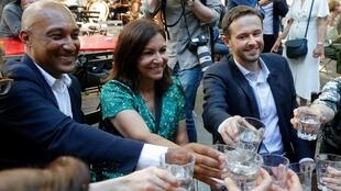 La maire PS de Paris Anne Hidalgo et le chef de file des Verts dans la capitale David Belliard (à droite), fêtent leur accord pour le 2e tour des municipales, le 2 juin 2020