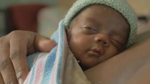 Todavía hoy, la sala de maternidad del hospital público de Puerto Príncipe se encuentra en edificios provisionales y sin agua corriente...