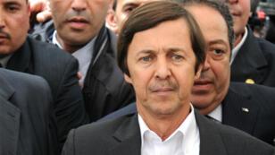 Said Bouteflika. el hermano menor del presidente argelino, mientras asistía al funeral de la cantante Warda Al-Jazairia en el cementerio de El-Alia el 19 de mayo de 2012.