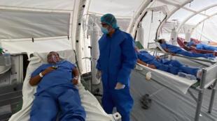 Un médecin s'occupe de patients atteints du Covid-19 en Équateur, le 13 avril 2020.