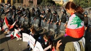 تواصل المظاهرات في لبنان منذ نحو شهر