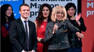 """Emmanuel Macron et Brigitte Trogneux à l'évènement """"Elles marchent"""" le 8 mars 2017."""
