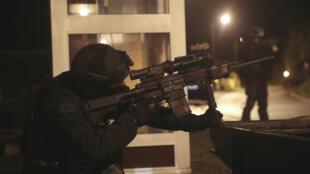 Un membre de la Force d'intervention de la Police nationale (FIPN) participe à la traque des frères Kouachi, le 8 janvier 2015.