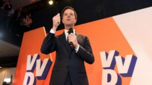 رئيس الوزراء الهولندي الليبرالي مارك روتي يتحدث بعد فوز حزبه في الانتخابات