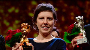 """La réalisatrice roumaine Adina Pintilie pose avec son Ours d'Or du meilleur film pour """"Touch Me Not"""", le 24 février 2018."""