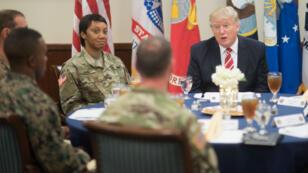 Le président américain Donald Trump déjeune avec des militaires.