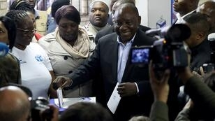 رئيس جنوب أفريقيا سيريل رامابوزا يدلي بصوته في سويتو، قرب جوهانيسبورغ. 2019/05/08.