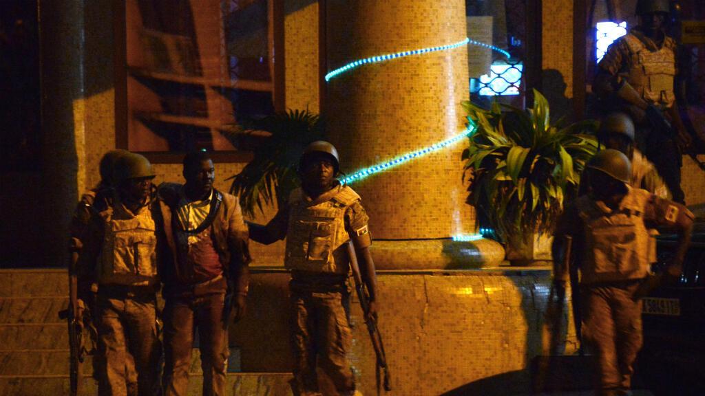 Des soldats évacuent un blessé de l'hôtel Splendid de Ouagadougou, le 15 janvier 2016.