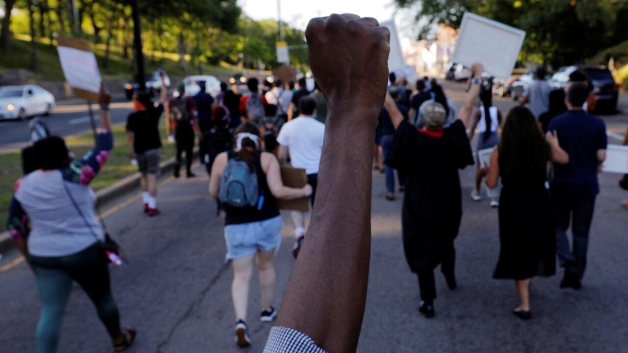 Manifestantes participan en una protesta contra la desigualdad racial en Boston, Massachusetts, EE. UU.,  el 15 de junio de 2020.