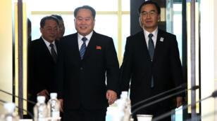 Le ministre coréen du Sud Cho Myung-Gyun et le chef de la délégation du Nord Ri Son-Gwon, le 9 janvier 2018.