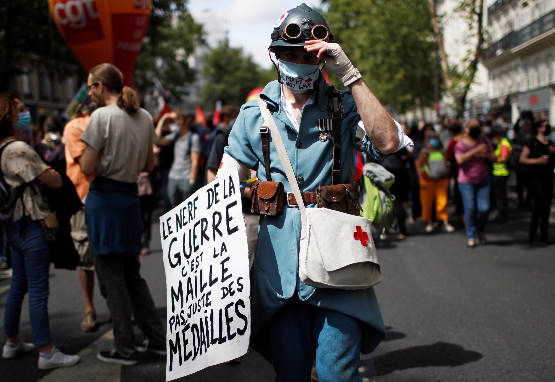 Un soignant lors de la manifestation organisée à Paris, le 14 juillet 2020.