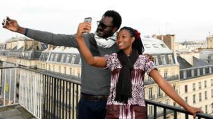 Mylène Flicka, cyber-activiste béninoise, et Cheikh Fall, cyber-activiste sénégalais, lors d'un forum à Paris sur les médias sociaux en Afrique, en novembre 2016.