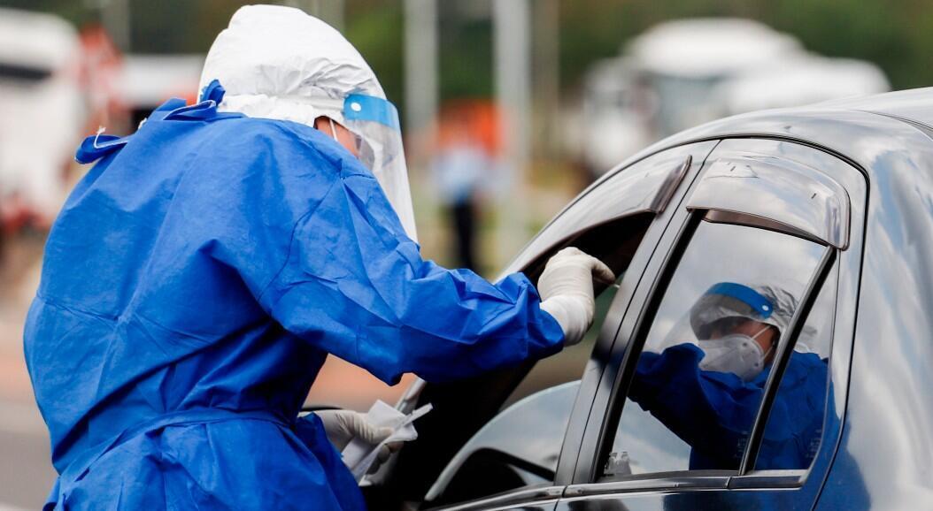 Personal médico realiza una prueba de Covis-19 a una persona que asiste a uno de los laboratorios móviles del Ministerio de Salud ubicado en la Costanera de Asunción,  Paraguay, el 10 de junio de 2020.