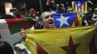 Un homme tient le drapeau catalan après avoir participé au vote symbolique sur l'indépendance, organisé le 9 novembre.