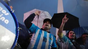 Des fans de l'attaquant Lionel Messi se sont réunis le 2 juillet 2016 à Buenos Aires pour qu'il ne quitte pas la sélection nationale.