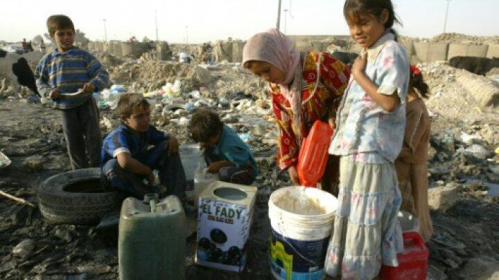تعبئة المياه في احدى الضواحي جنوب بغداد في 2008
