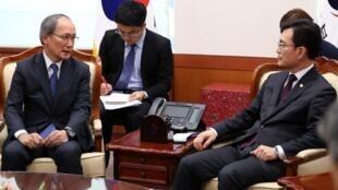 El embajador de Japón en Corea del Sur, Yasumasa Nagamine, junto al primer viceministro de Relaciones Exteriores, Cho Sei-young, en el Ministerio de Relaciones Exteriores en el centro de Seúl, Corea del Sur, el 2 de agosto de 2019.