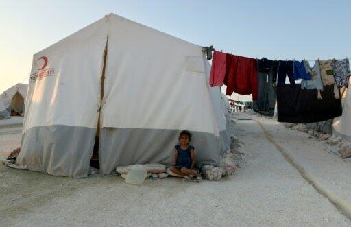 فتاة تجلس أمام خيمة في مخيم للنازحين في محافظة إدلب في 29 آب/أغسطس 2018