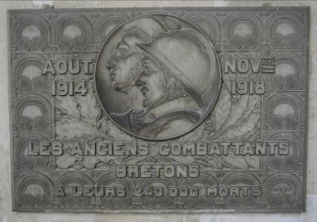 Plaque commémorative des anciens combattants bretons, à leurs 240 000 morts.