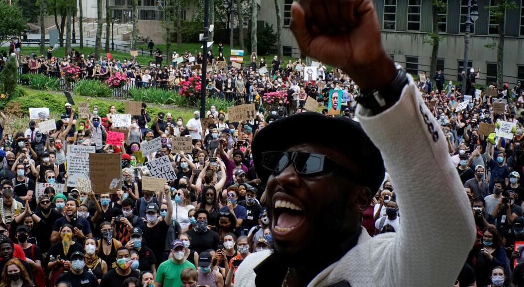 Decenas de estadounidenses participan en una protesta contra la muerte, bajo custodia policial, de George Floyd. En Nueva York, Estados Unidos, el 5 de junio de 2020.