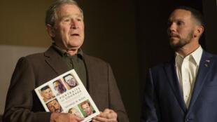 L'ancien président américain George W. Bush présente son livre aux côtés d'un vétéran dont il a fait le portrait, le 28 février dernier à Dallas (Texas).