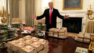 El presidente de los Estados Unidos, Donald J. Trump, presenta la comida rápida que se servirá a los Clemson Tigers en la Casa Blanca. 14 de enero de 2019.