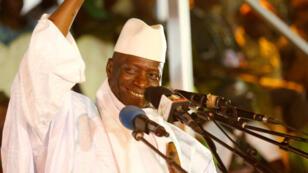 L'ex-président Yahya Jammeh salue la foule lors d'un meeting en novembre 2016.