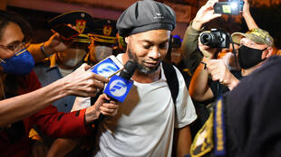 El exastro brasileño Ronaldinho Gaúcho arriba a un hotel en Asunción el 7 de abril de 2020 luego de ser puesto en prisión domiciliaria tras un mes encarcelado en un cuartel de polícia en la capital paraguaya