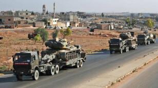 Un convoi militaire turc traverse la ville de Saraqeb, dans la province d'Idleb, au nord-ouest de la Syrie, le 19 août 2019.