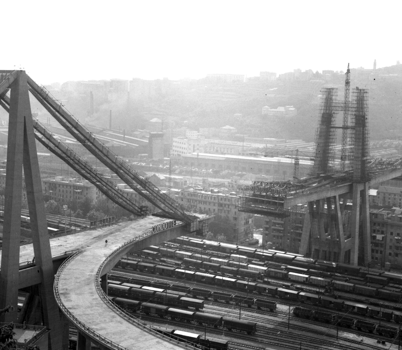1965. Le pont de Gênes est en chantier. L'ouvrage est une structure en béton, avec peu de câbles pour équilibrer la route où passent les véhicules: c'est la marque de fabrique de son architecte, l'Italien Riccardo Morandi. D'une longueur de 1182mètres, le viaduc est construit en quatre ans et inauguré en 1967.