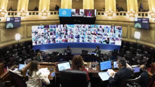 El Senado argentino sesiona por videoconferencia, en Buenos Aires, el 13 de mayo de 2020