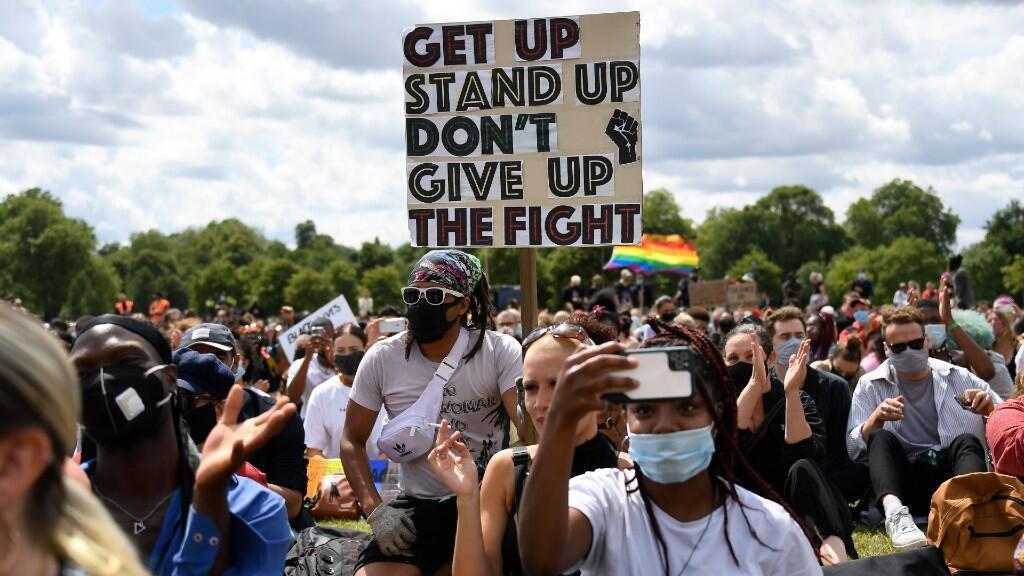 Decenas de personas se manifiestan contra el racismo y la brutalidad policial en Hyde Park, en la capital británica. En Londres, Reino Unido, el 20 de junio de 2020.