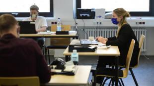 Des étudiants en médecine interrogent les cas avérés ou suspectés de Covid-19 depuis leurs bureaux à Cologne, le 19 mai 2020