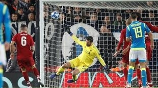 حارس مرمى ليفربول يتصدى لتسديدة في مباراة فريقه مع نابولي 11 كانون الأول/ديسمبر 2018