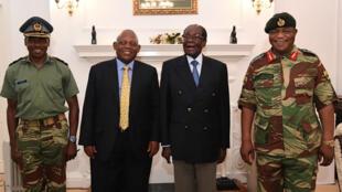 Aux côtés d'un médiateur sud-africain, le président Mugabe (centre droit) a rencontré le général Chiwenga (droite), au siège de la présidence à Harare, jeudi 16 novembre .