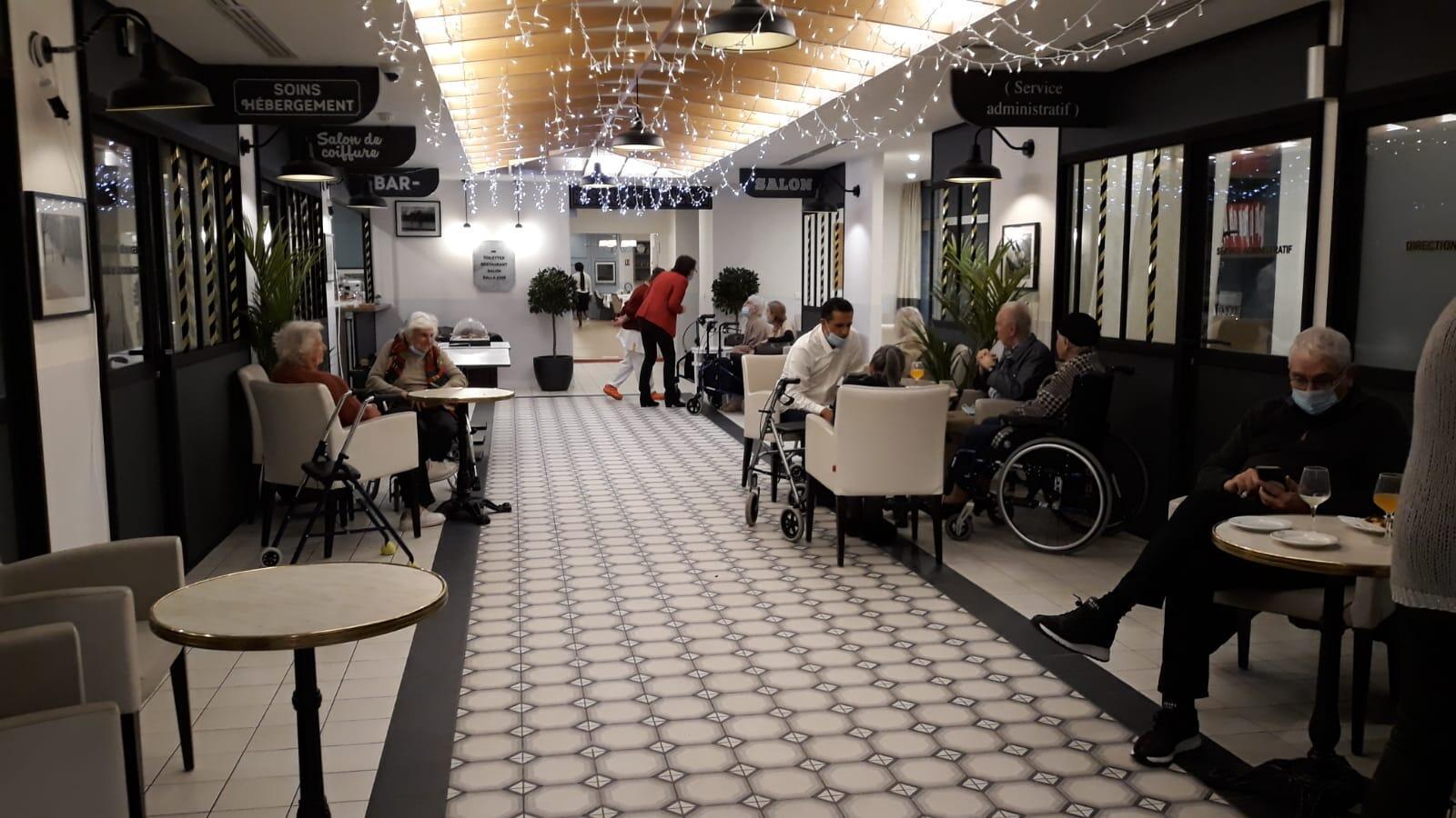 Une salle commune où se rassemblent des résidents de l'Ehpad Korian, dans le 17e arrondissement de Paris, le 21 janvier 2021.