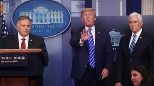 Bill Brian, haut responsable du ministère de la Sécurité intérieure, a estimé que le Covid-19 pourrait être affaibli par la chaleur, lors d'une conférence de presse de Donald Trump le 23 avril 2020 à la Maison Blanche.