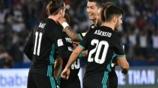 لاعبو ريال مدريد يهنئون غاريث بايل (إلى اليسار) بتسجيل الهدف الثاني في مرمى الجزيرة في أبوظبي في 12 كانون الأول/ديسمبر 2017