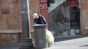 Entregan los periódicos a primera hora de la mañana; inspeccionan las bolsas en la entrada de los lugares públicos; o incluso recorren los contenedores de basura de los barrios ricos...