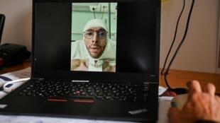 Une personne regarde, le 22 mai 2020 à Lyon la vidéo de Géraud Bournet qui s'est filmé avec ses bandages et sa trachéotomie, le 9 mai 2020 au Centre médical de l'Argentière, à Aveize, dans le Rhône