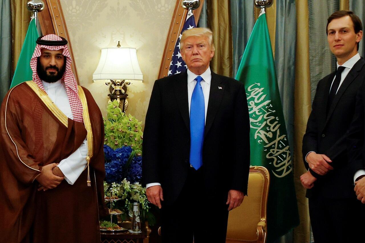 جاريد كوشنر إلى جانب دونالد ترامب ومحمد بن سلمان في الرياض في 20 مايو/أيار 2017