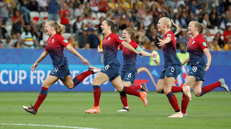 Las jugadoras de Noruega celebran la clasificación a cuartos de final después de una tanda de penaltis contra Australia en Niza, Francia. 22 de junio de 2019.