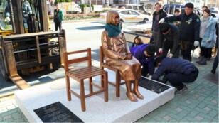 """Une statue rendant hommage aux """"femmes de réconfort"""" a été installée en face du consulat du Japon, à Busan, en Corée."""