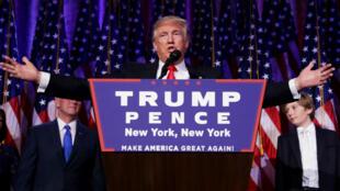 Donald Trump saluant les électeurs américains qui lui ont apporté la victoire à la Maison Blanche, le 9 novembre à New York.