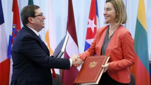 El Ministro de Relaciones Exteriores de Cuba, Bruno Rodriguez Parrilla, y la alta representante de Política Exterior de la Unión Europea, Federica Mogherini, firmaron un acuerdo bilateral, el 12 de diciembre de 2016.